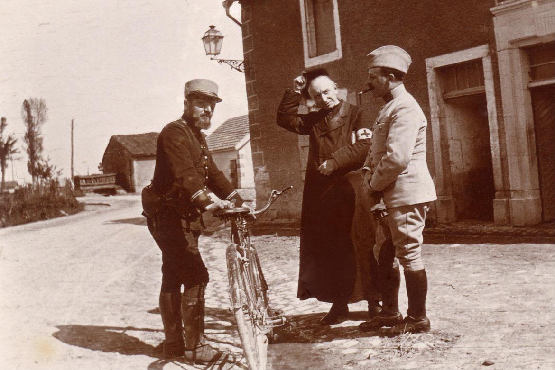 Père Anizan et les soldats de Damloup lors de la Grande guerre