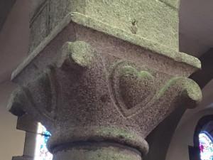 Coeur sculpté dans l'église de Carolles