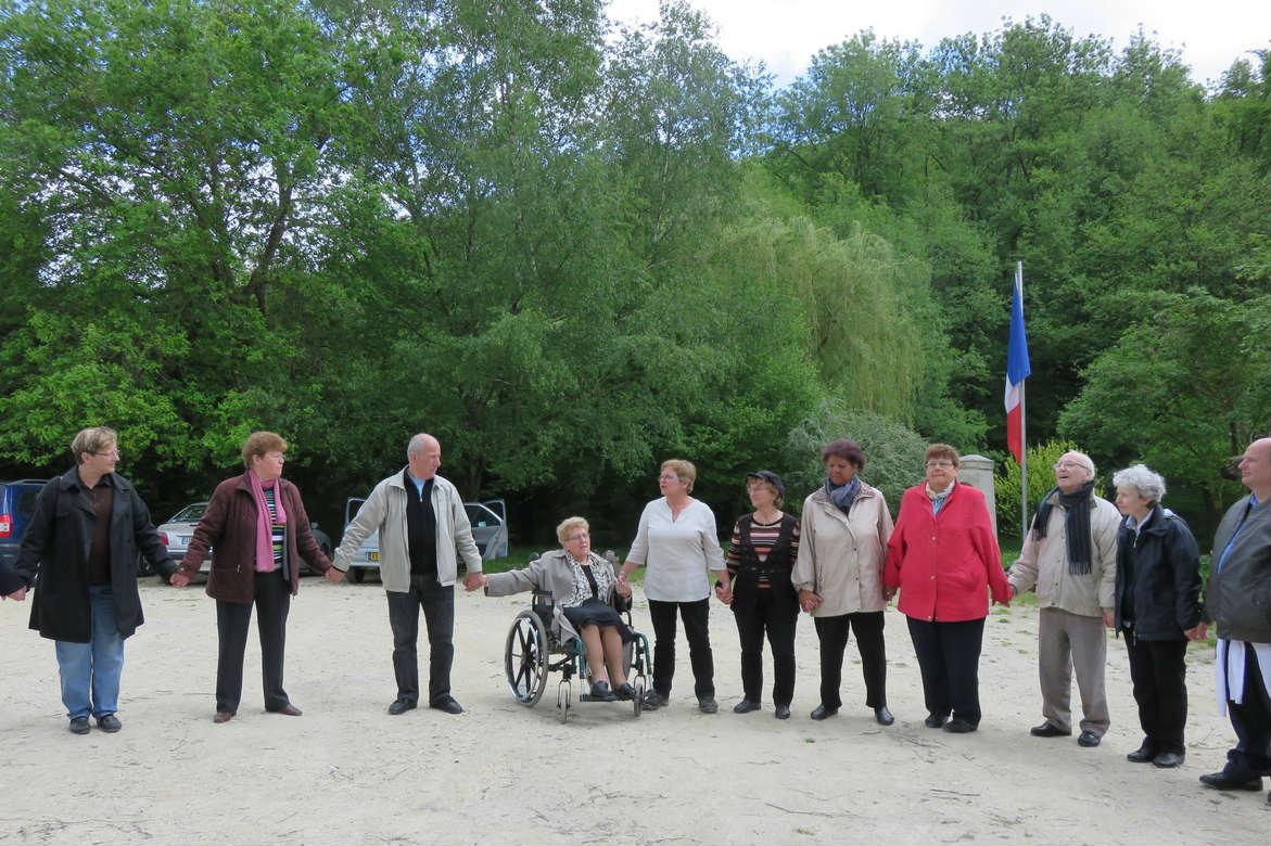 Chaine humaine lors de la retraite de la Fraternité à Benoite-Vaux du 14 au 17 mai 2015