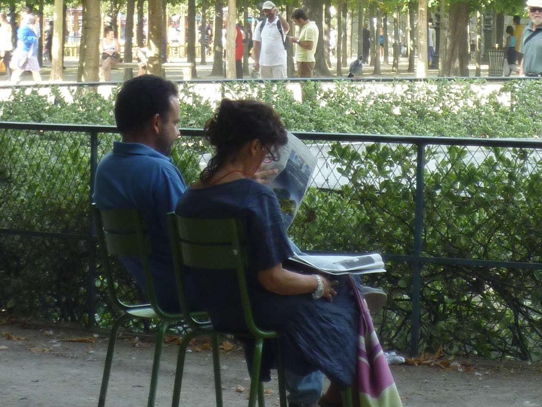 Couple lisant le journal
