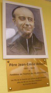 Portrait et plaque du père Anizan, fondateur des Fils de la Charité