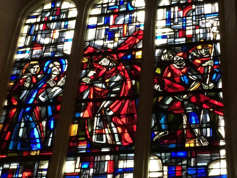 Vitrail de Jésus portant sa croix