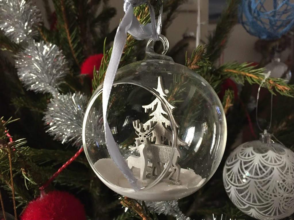 Voeux 2017, Boule de Noël avec sapin, neige et cerfs