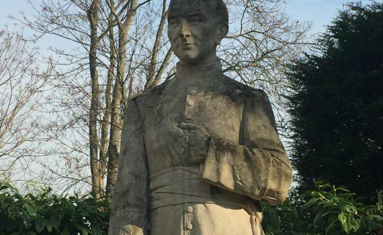 Statue du père Anizan à Issy-les-Moulineaux
