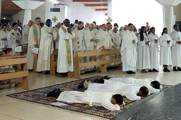 Ordination de Richard Adalim (diacre), Michael Jayson Abao (diacre) et Etienne de Souza (prêtre) par Mgr Michel Pansard le 23 juin 2019.Crédit Delphine Varilh