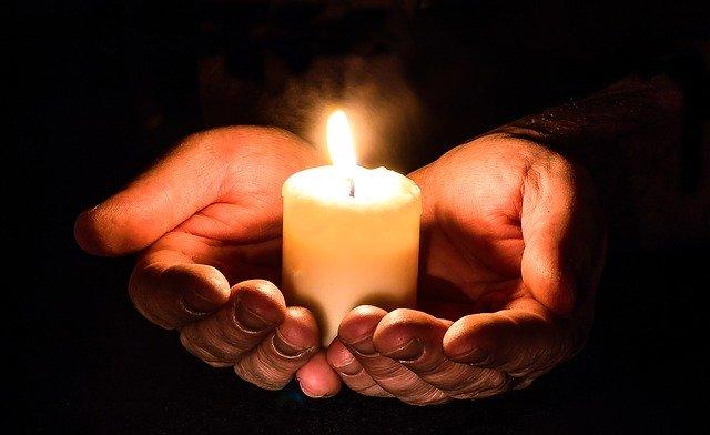 main et bougie par Myriam Zilles de Pixabay