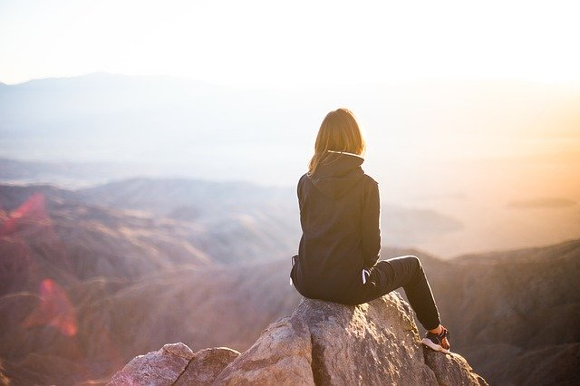 Femme, montagne, de StockSnap Pixabay