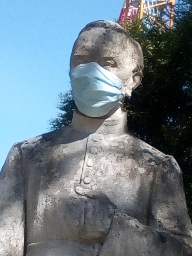 Statue du père Anizan avec masque de Gérard Marle